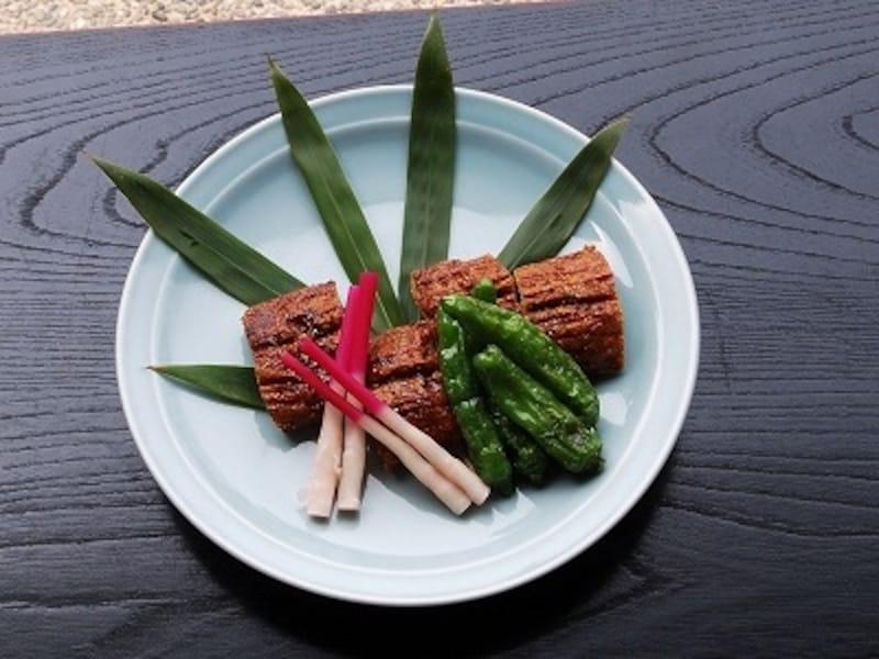 うなぎの蒲焼もどき。つぶした豆腐と山芋を混ぜ、のりを片面に張って揚げ、再度照り焼きにして作ります。見た目だけでなく、食感もうなぎに似ている