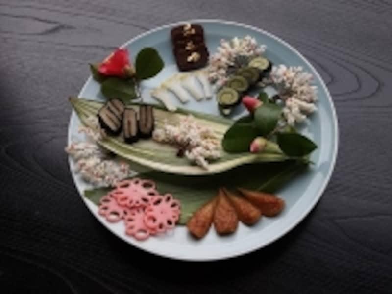 隠元さんが伝えてくれた蓮根も入った一皿。花のように見えるものは、細切りにした昆布にあられをさして揚げたもの