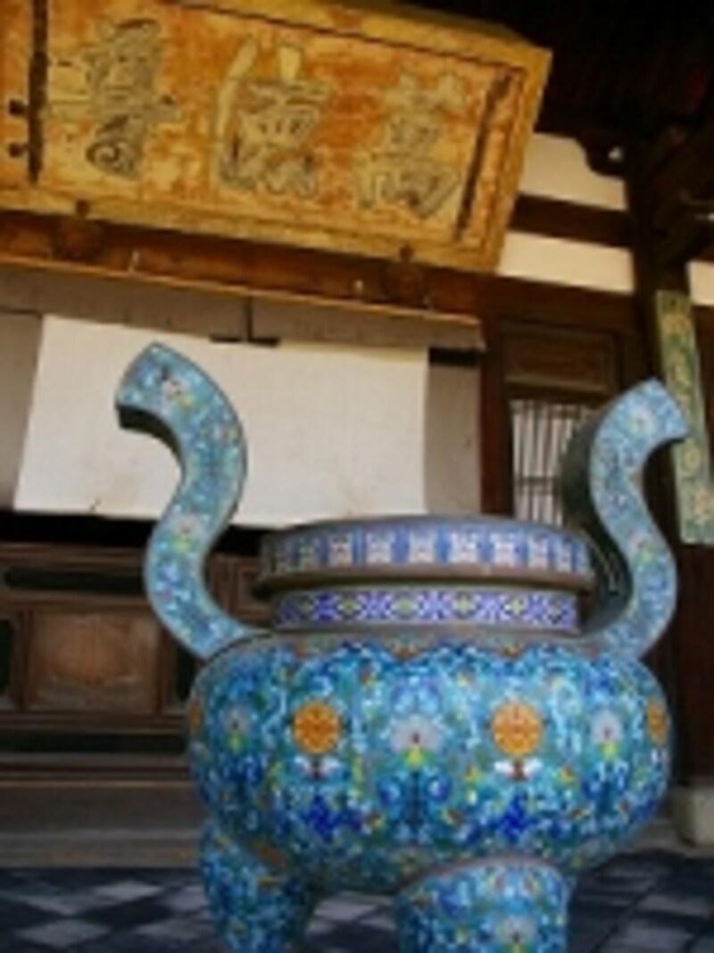 中国風の七宝の壷は、近年、信徒さんから奉納されたものだという