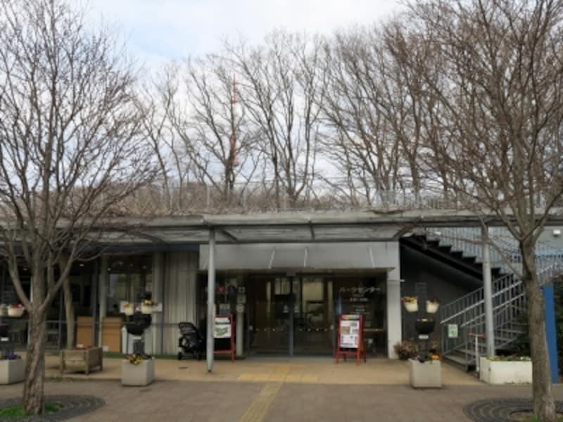 公園管理事務所がある建物には、展示コーナー、講習スペース、休憩スペース、コインロッカーなどがあります(2016年3月11日撮影)