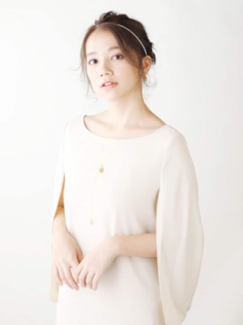 ヴィーナス風の上品なベージュのドレス