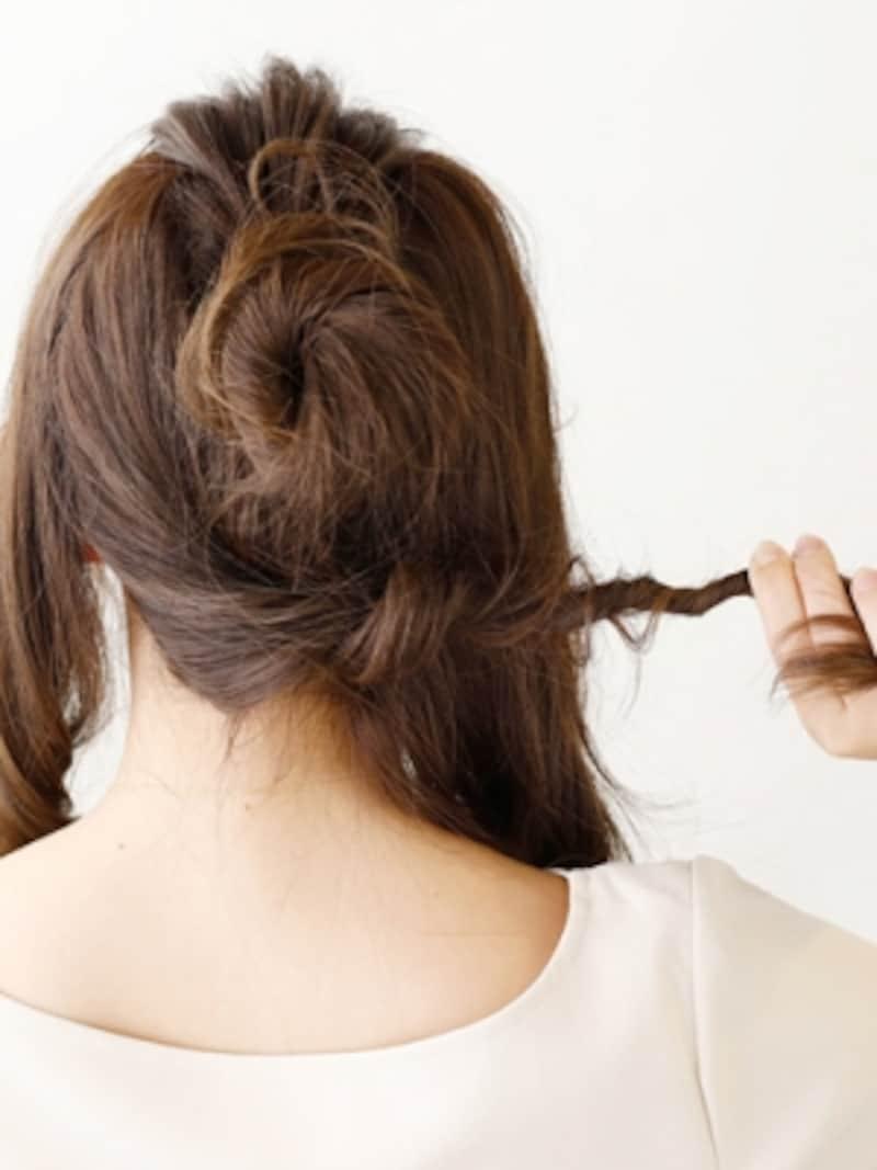 中央にお団子を作り、毛束をねじりながら巻きつける