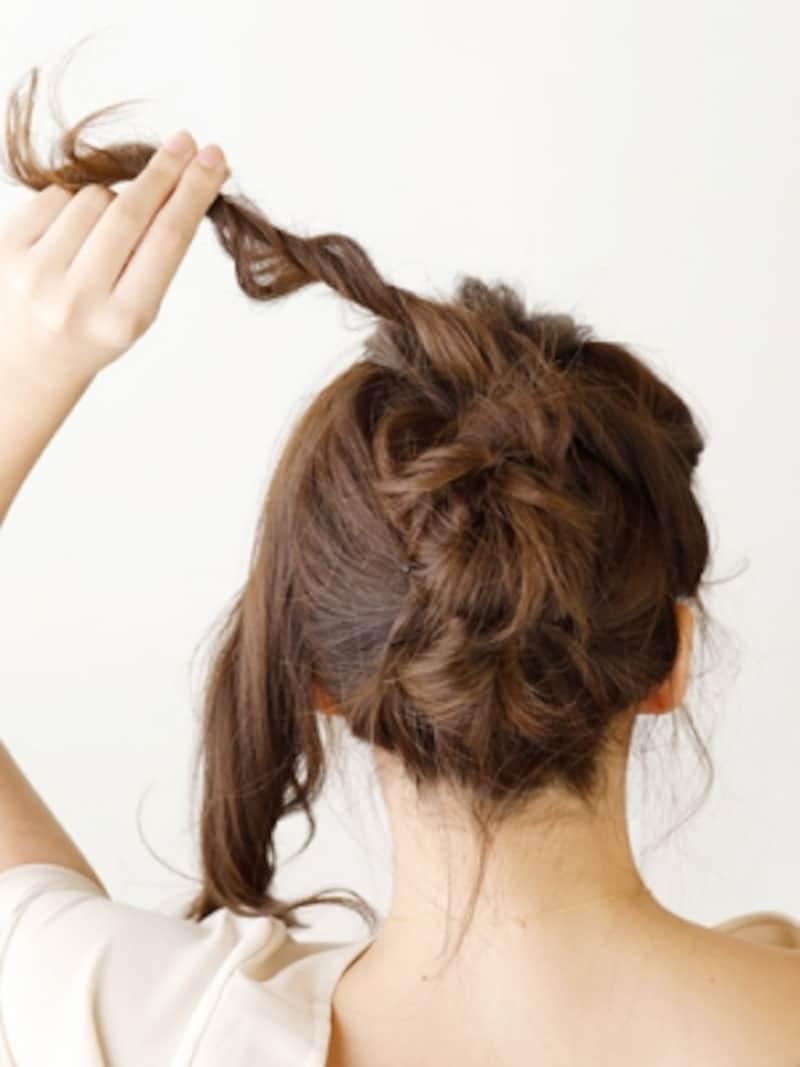 右端の毛束をお団子の上から巻きつける