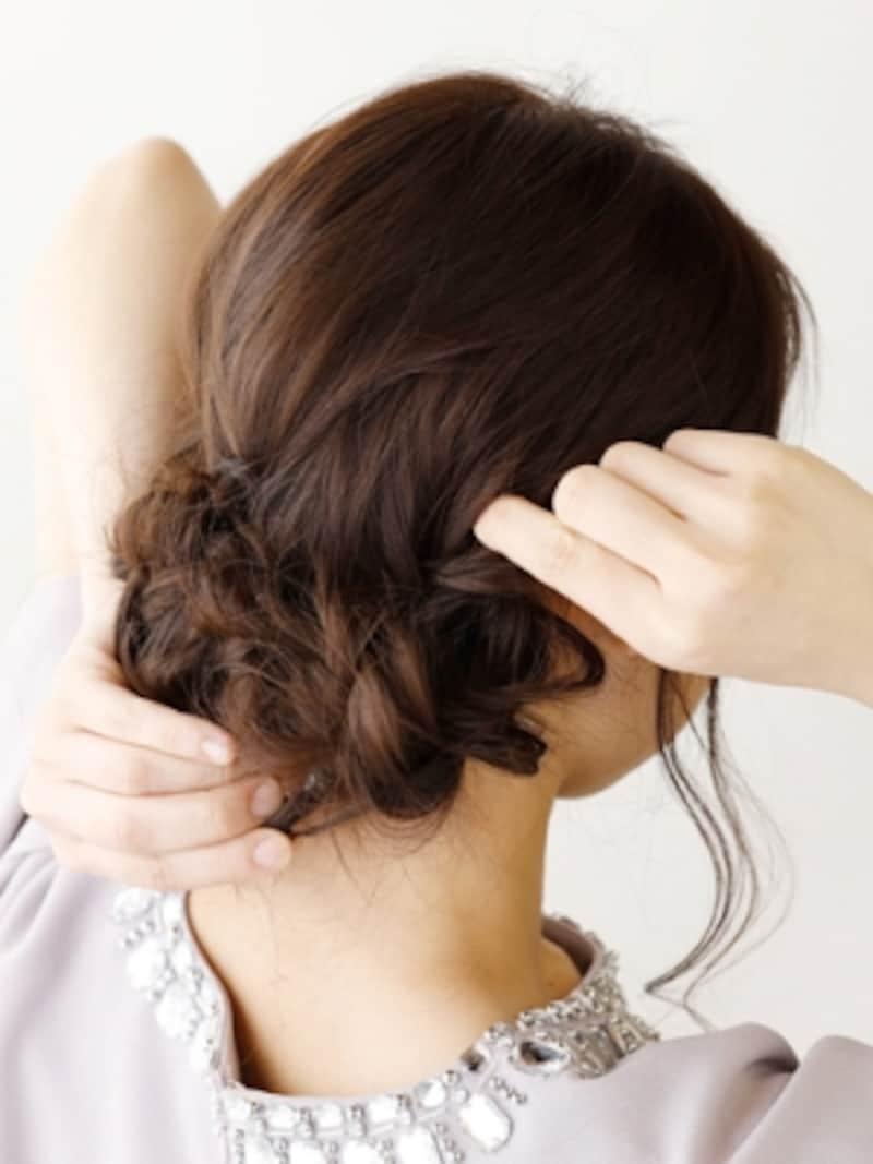 くるりんぱした毛束に、左右の三つ編みを巻きつける