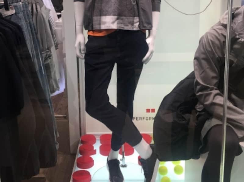足首が見える丈感のジョガーパンツ。体の華奢なパーツを露出させることで洗練を担保できる!