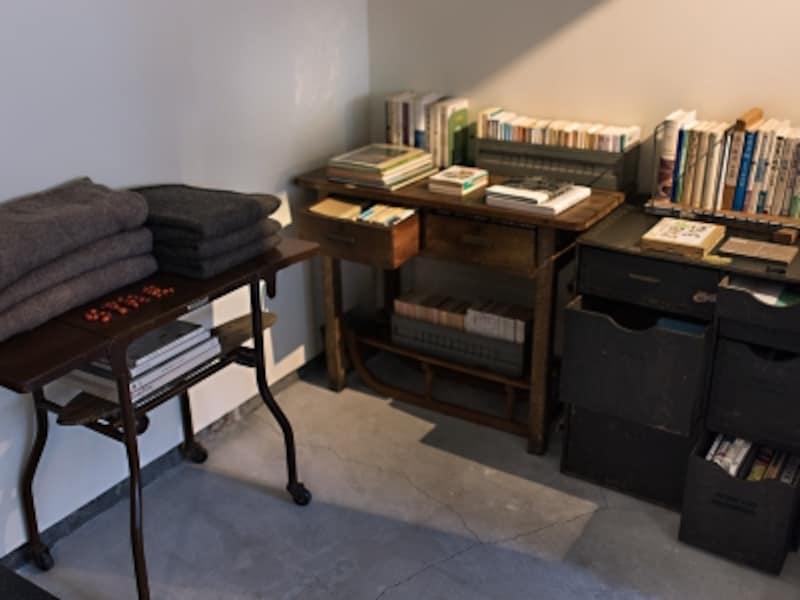 机の引き出しにもたくさんの本