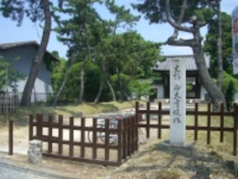駅名ともなっている西大寺。周辺は牧歌的な風景が多く残る。