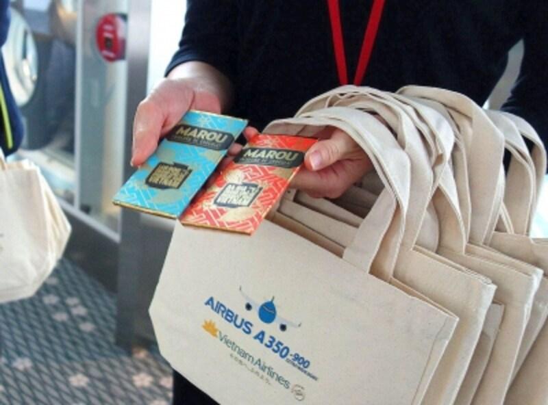 搭乗者全員にチョコレート入りのバッグをプレゼント