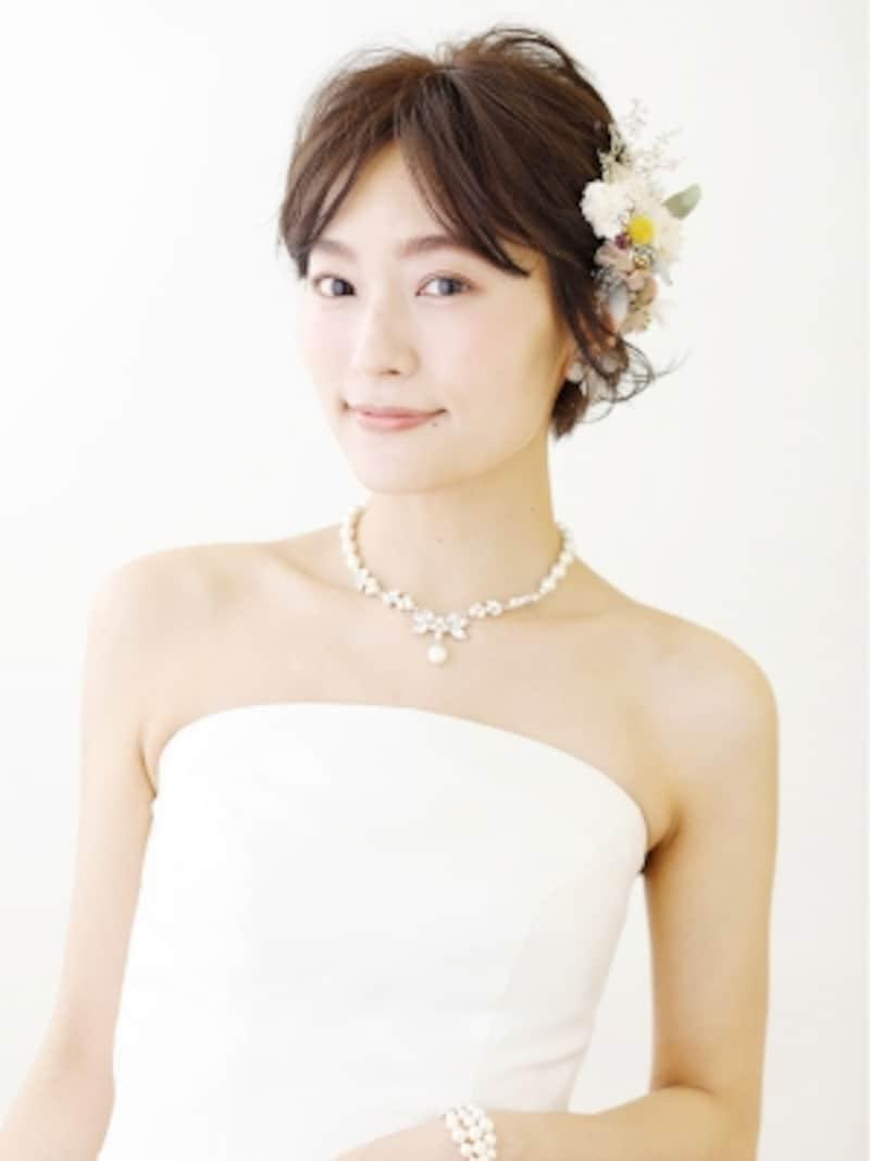 ショートヘアの花ピンを使ったヘアアレンジ!結婚式の花嫁に