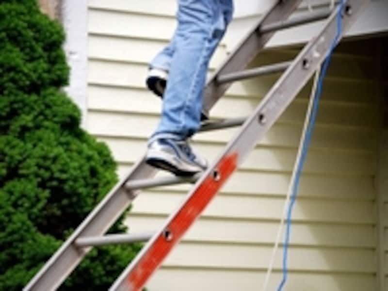 古いスレート屋根は人が歩くだけでも割れて雨漏りの原因となることも。