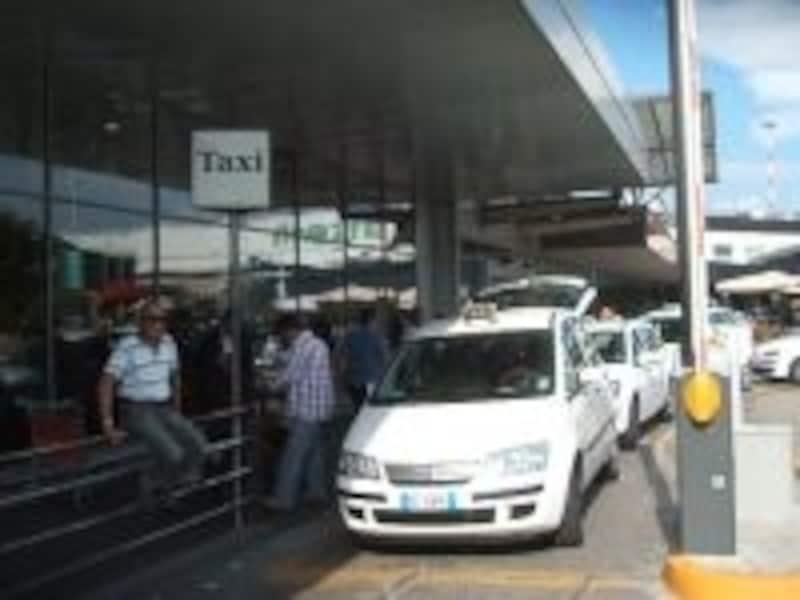 正規のタクシーを利用するのは当たり前ですが、メーターが作動しているかも要チェック!