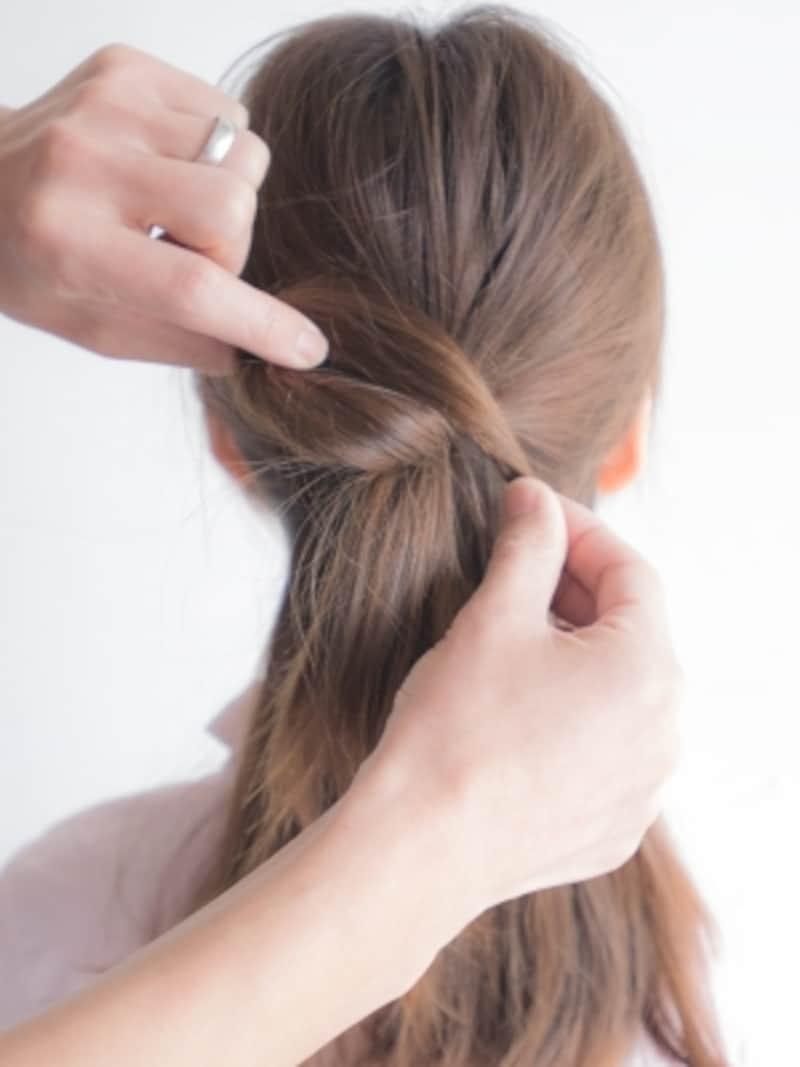 (B)の毛束でリボンの輪っかを作る