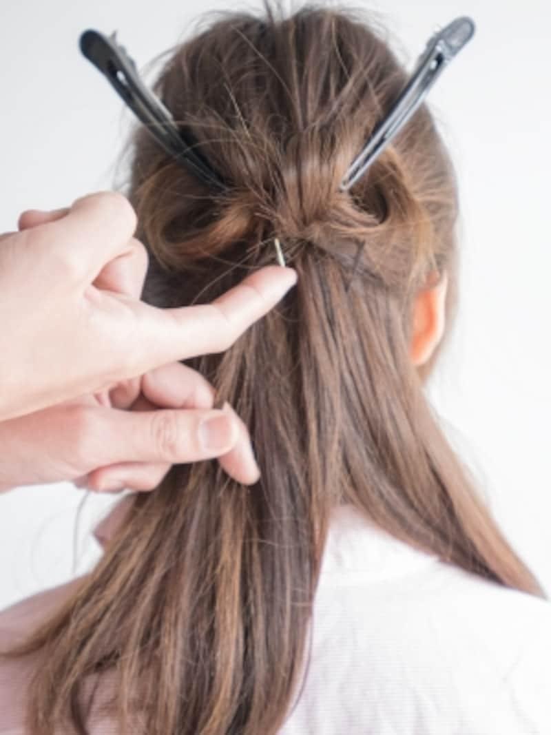 (C)の毛束は離さずに、アメピンで固定