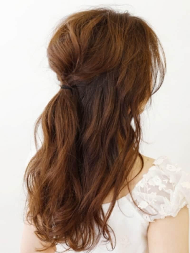 コテで全体を巻いてからハチラインの髪を結ぶ