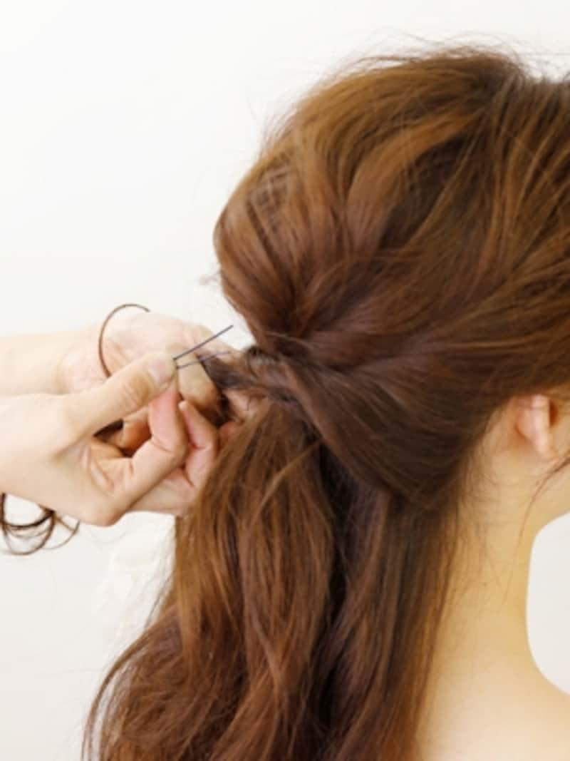 ゴムを隠すように髪を巻きつけて留める