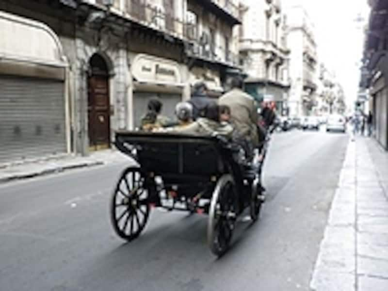 街中を走る馬車……料金以前に動物保護の目的で乗らないことをおススメしたい