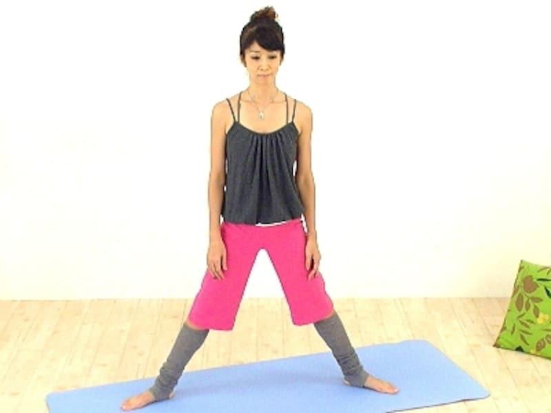 脚は肩幅よりも大きく開きます。