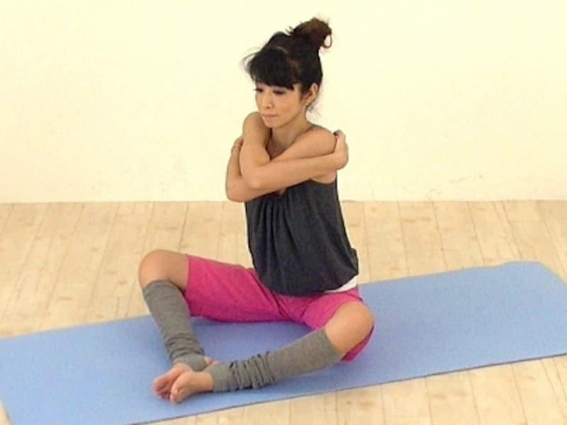 肩を揺すりながら肩関節を緩め腕をしっかり交差させましょう。