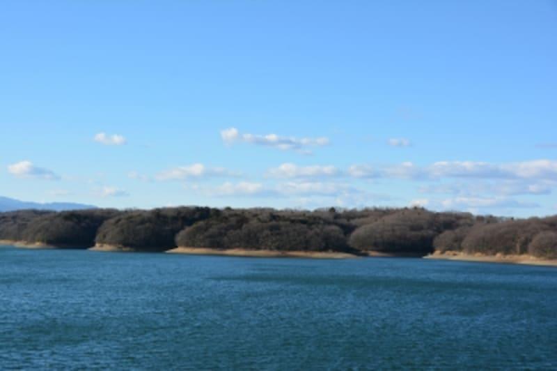 狭山丘陵が取り囲む狭山湖