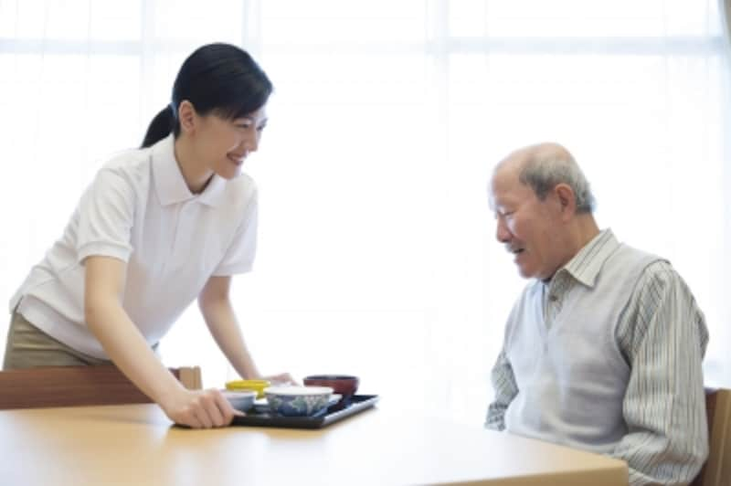 介護福祉士と高齢男性