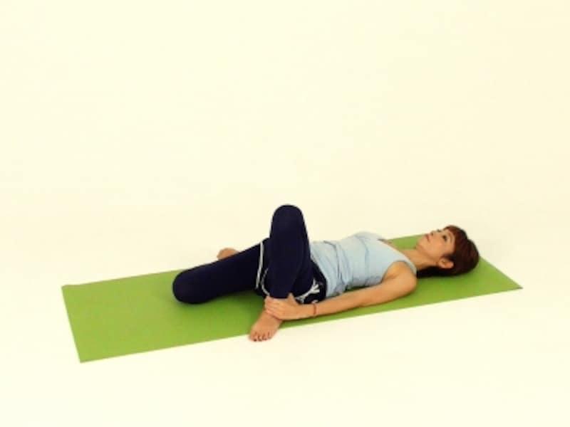 ゆっくり右膝を内側に倒します。なるべく膝は正面にむける意識で