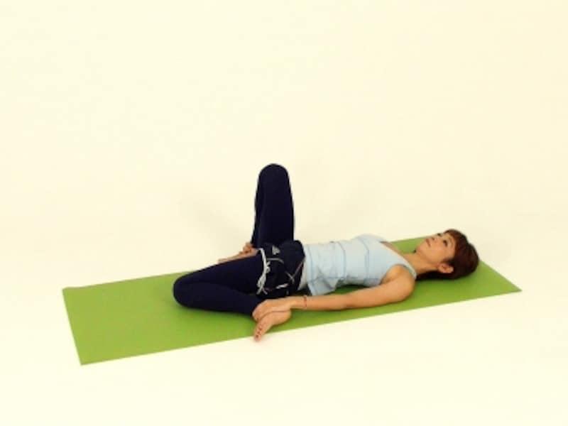 反対側も同様に。最初は膝が床につかなくてもOK。ゆっくり自分のペースで実践してください。