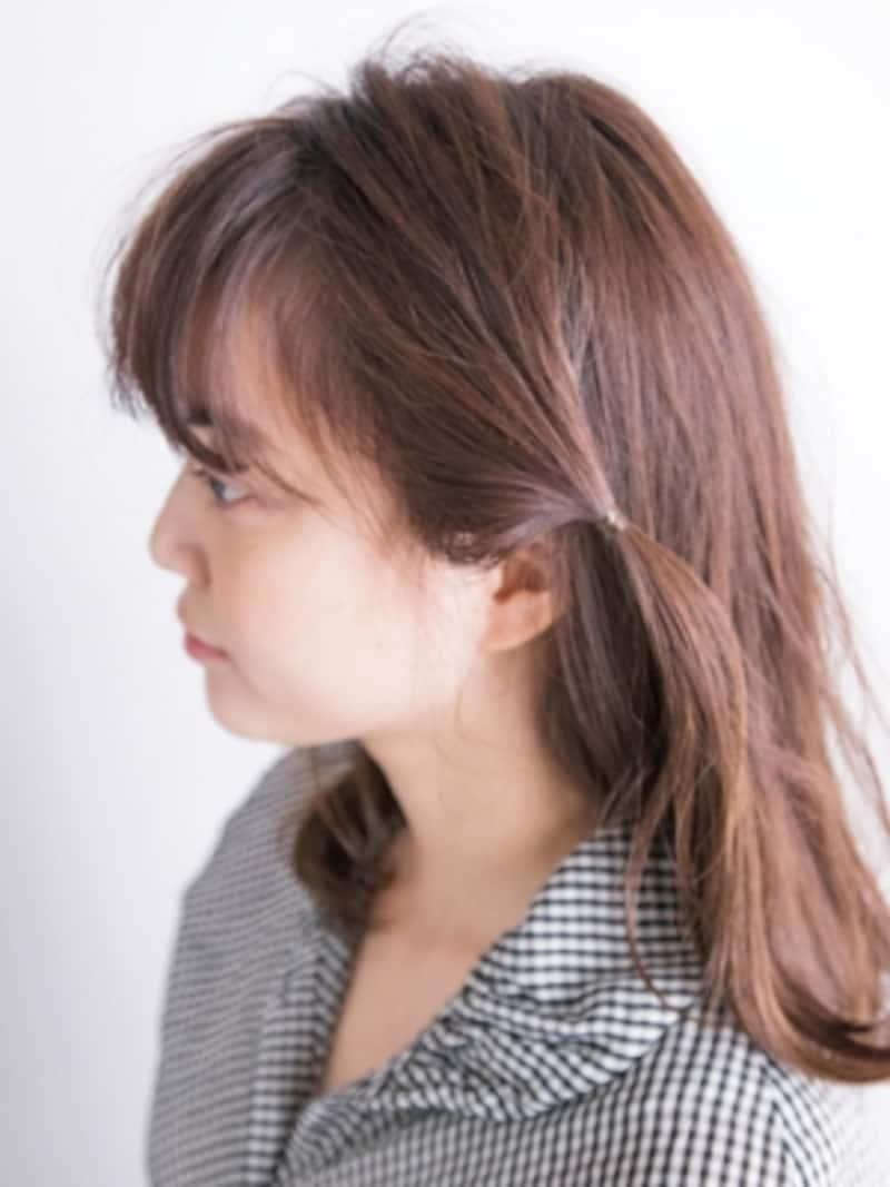 サイドの髪をシリコンゴムで結ぶ