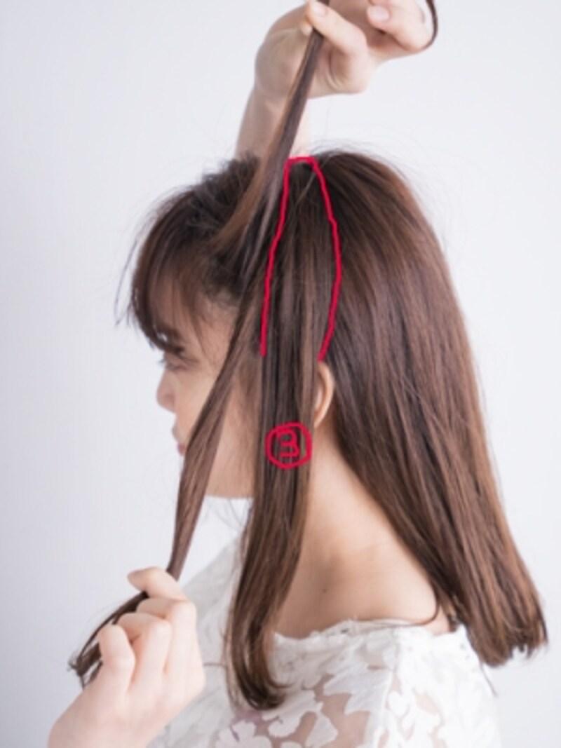 耳幅くらいの毛束を用意する