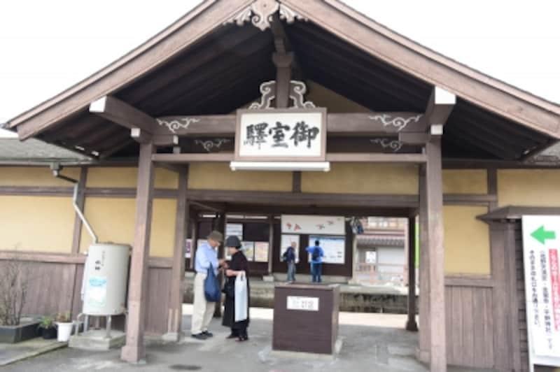 2007年に「御室」駅から「御室仁和寺」駅に駅名変更されたが、今も旧字体で旧駅名が掲げられている