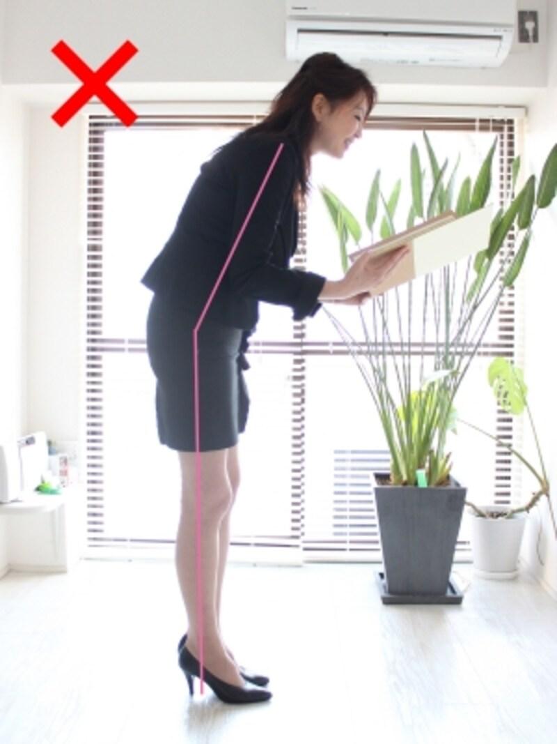 肩、腰、かかとのラインが曲がるとNG姿勢