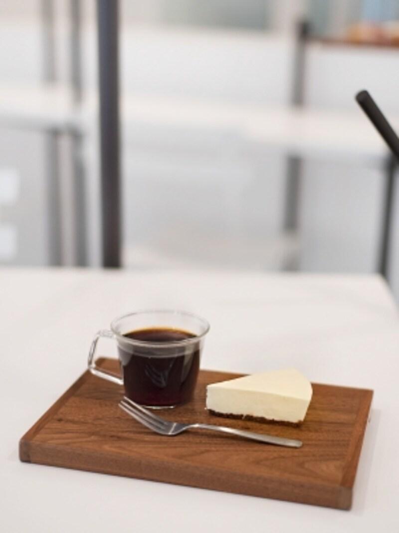 コーヒーと、白くて見えにくいチーズケーキ