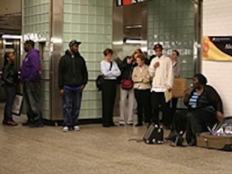 たくさんの人がいる夜の地下鉄駅内