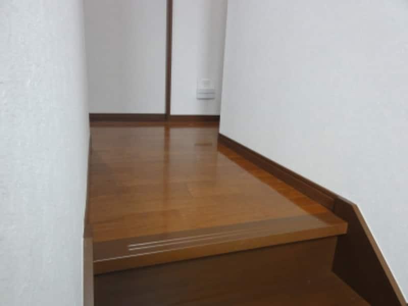 階段を上がったすぐの床に近いところに中継機を設置。