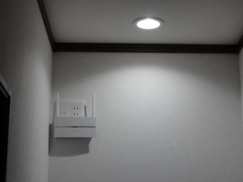 2階の廊下の隅だが、天井に近い位置にセットしてみた。