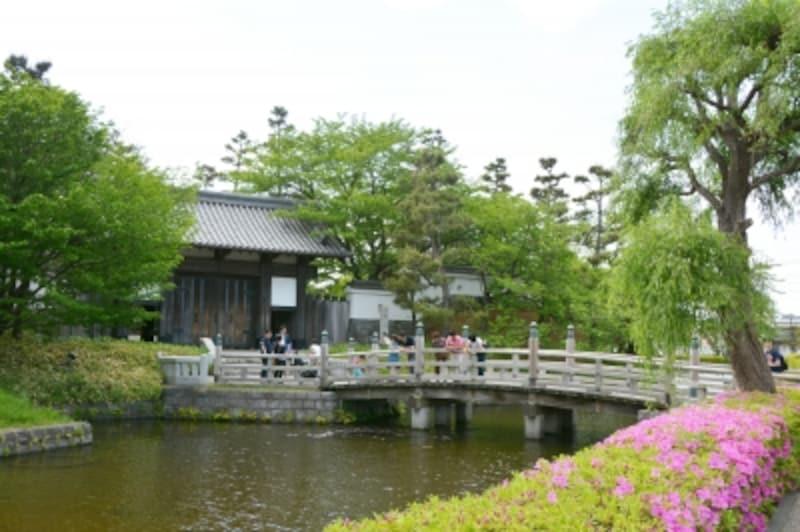 忍城を囲む濠と門