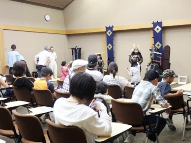 甲冑姿で記念撮影ができる郷土博物館の講座室