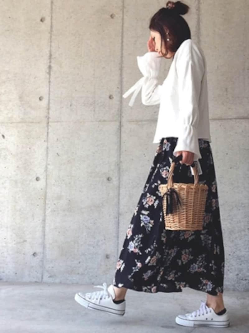 甘めの花柄スカートは辛口カラーで締める