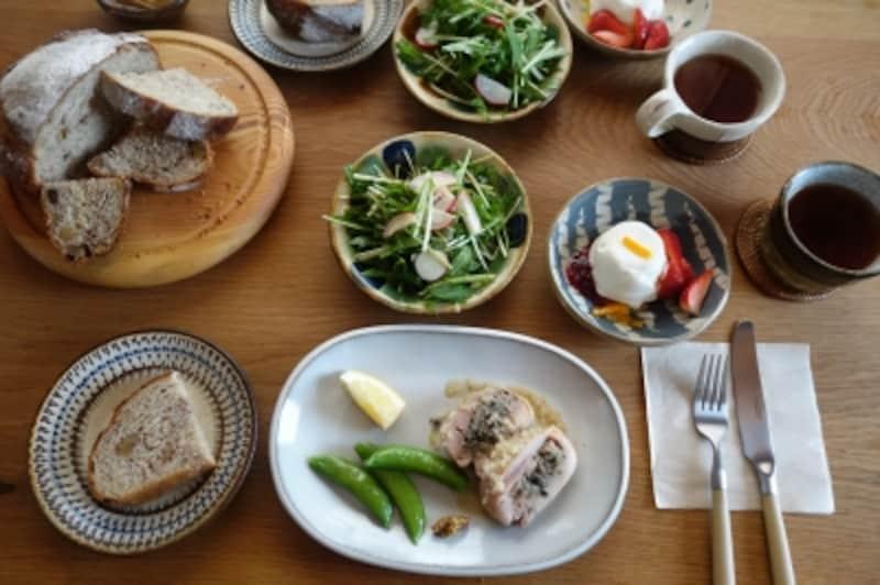 パン教室では、圭子さんの作るパンや料理。民芸の器との組み合わせも楽しめます。