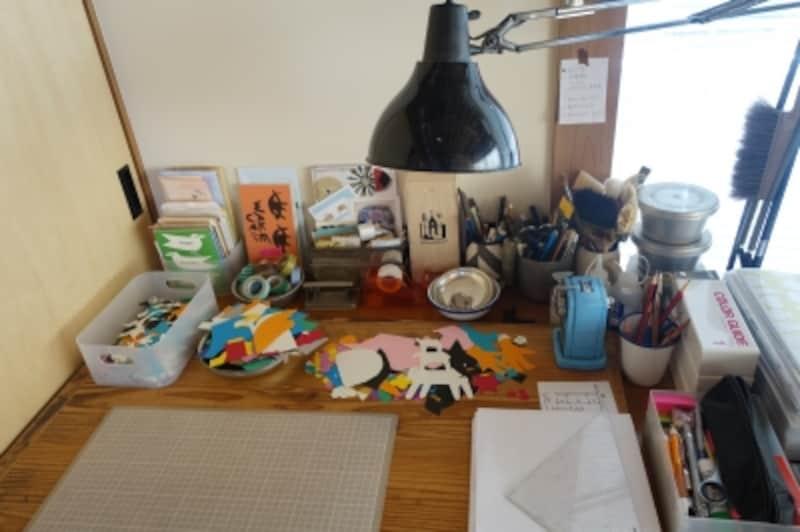 YUYAさんの作業机には、たくさんの切り絵のかけらが。細かい切り抜きも取っておき、アイデアのきっかけに活用されます。