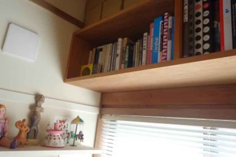 机の傍らには、ちょこちょこと郷土玩具。そして本棚には民芸や古陶の本と一緒に、グラフィックやイラストの本が収まっています。サヴィニャック、レオ・レオニ、エルヴェ・モルヴァンなどもあります。