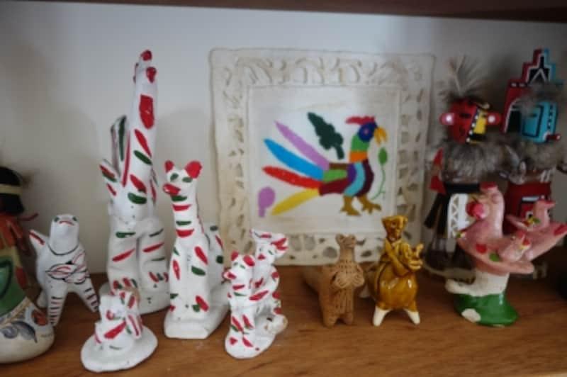 日本だけでなく、世界各国のものが並びます。白い人形はスペイン・マヨルカ島のもの。