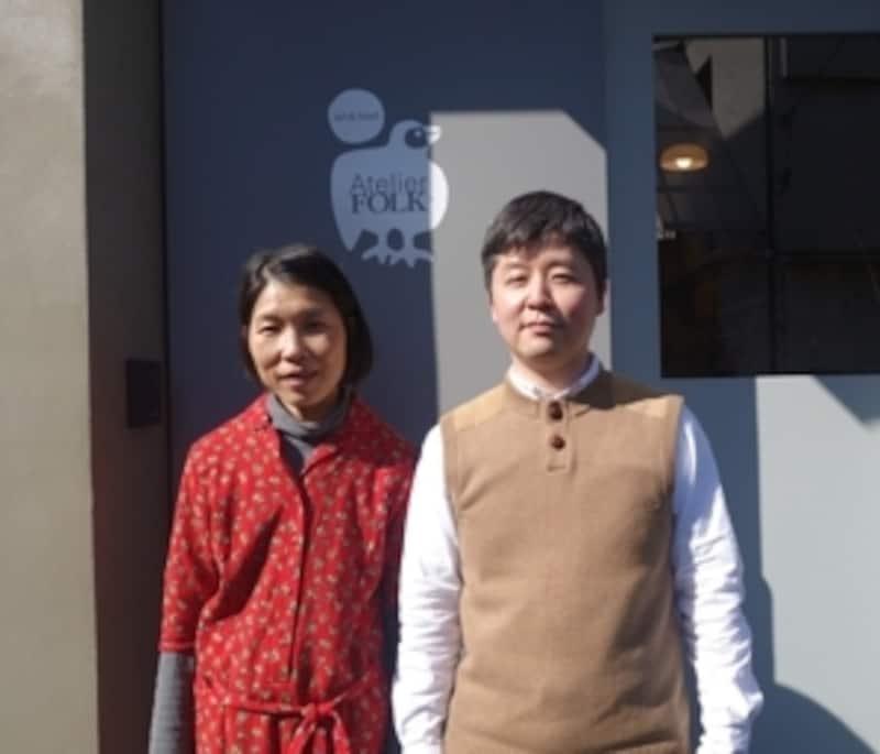 アトリエの前で。YUYAさんとスパロウ圭子さん