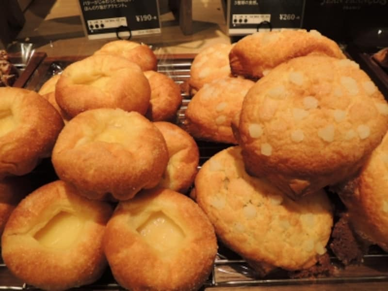 ブリオッシュ・シュクレ(左)、クッキークロワッサン(右)