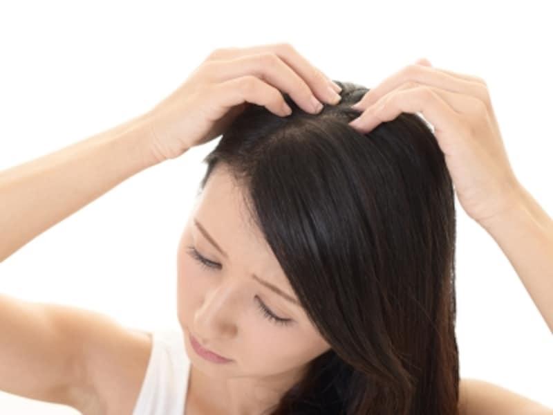 分け目や生え際の白髪は、毎回染めるべき?