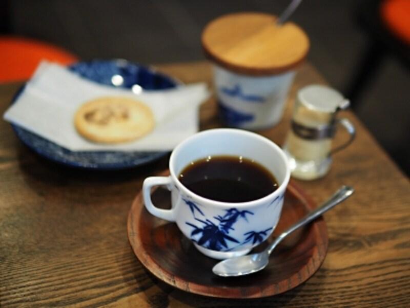 カップも砂糖壺も往時の青蛾で使われていたもの