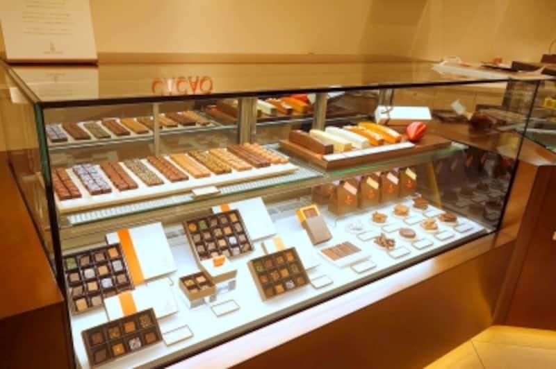 ボンボンショコラが並ぶショーケース