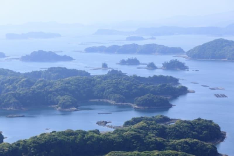小さな島々が海に浮かぶ、神秘的な光景が広がる