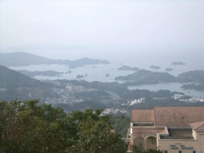 弓張岳展望台からの眺め、リゾートホテルの建物と一緒に望む九十九島(2012年3月撮影)