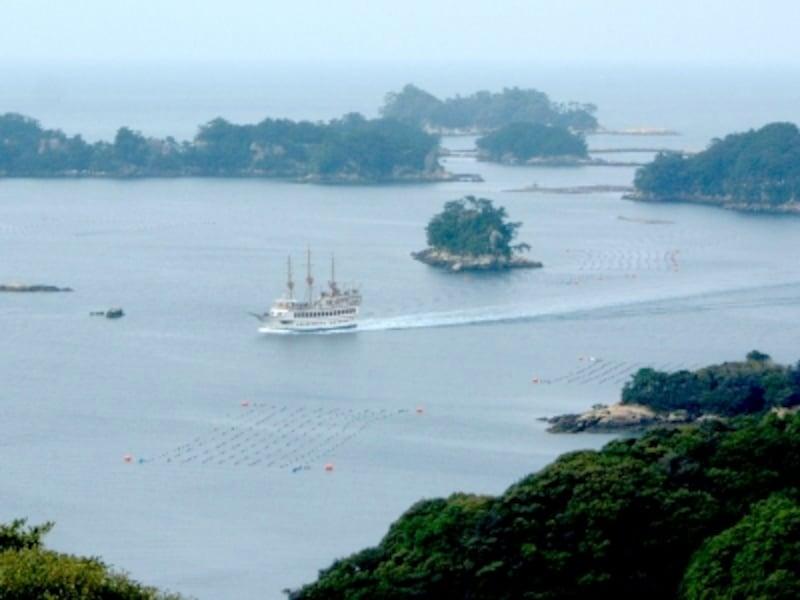 島の間を縫うように航海する九十九島遊覧船「パールクイーン」(2012年3月撮影)
