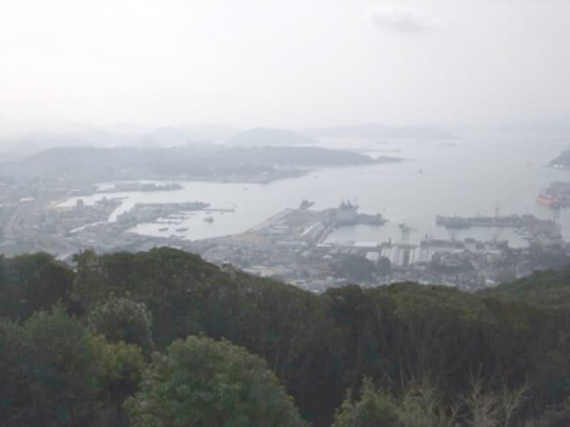 弓張岳展望台から佐世保市街中心部と佐世保港を望む(2012年3月撮影)